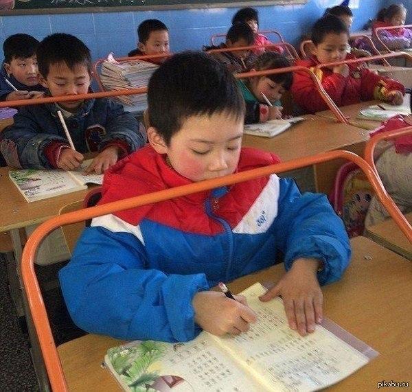В Китае решили победить близорукость с помощью школьных парт.