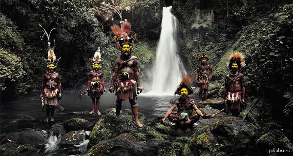 Хули. Пикабу образовательный. Первые мигранты пришли на Папуа Новая Гвинея более 45–ти тысяч лет назад.  Сегодня население составляет около 3–х миллионов аборигенов.  На фото племя Хули.