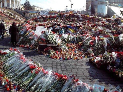 Без политики Просто люди принесли цветы на майдан в память о погибших