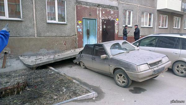 Суровый Новосибирский козырёк подъезда слегка придавило аваз